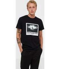 calvin klein jeans rave photo box reg tee t-shirts & linnen black