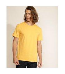 camiseta masculina básica com bordado manga curta gola careca mostarda