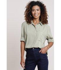 camisa feminina ampla com bolso manga longa verde