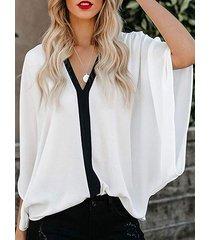 blusa blanca de media manga con cuello en v diseño