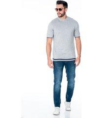 camiseta tejida gris para hombre con franjas azules