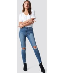 pamela x na-kd high waist ripped jeans - blue