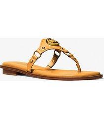 mk sandalo conway in pelle con ciondolo e logo - sole (giallo) - michael kors