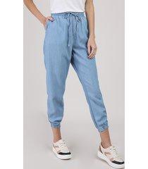 calça jeans feminina jogger com bolsos cintura média azul claro