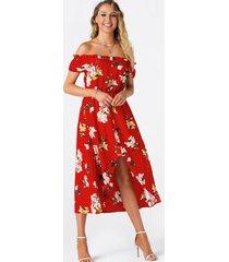 vestido largo con dobladillo alto y bajo con hombros descubiertos y flores al azar rojo
