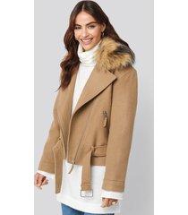 hannalicious x na-kd faux fur collar biker jacket - beige