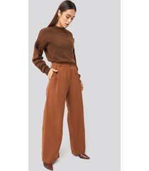 hanna weig x na-kd flowy tailored pants - brown