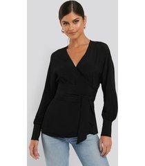 na-kd flowy overlap blouse - black
