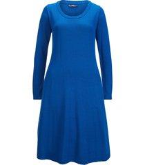 stickad klänning med klockad kjol