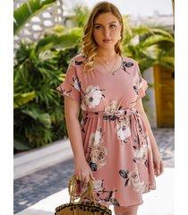 vestido de talla grande con estampado floral al azar y diseño de cinturón con volantes