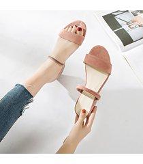 sandalias de mujer con un cinturón grueso.