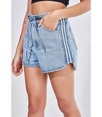 short em jeans claro com listras laterais