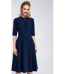 sukienka midi z wiązaniem przy dekolcie
