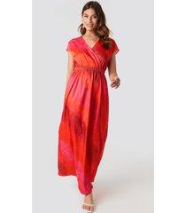 na-kd tie dye wrap maxi dress - red