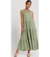 na-kd midiklänning med hög volangkrage - green