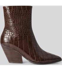 na-kd shoes croc western heel pointy boots - brown