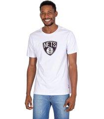 camiseta nba estampada vinil brooklin nets branca - branco - masculino - dafiti