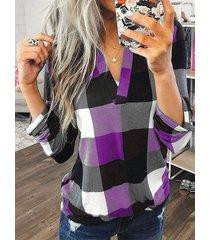 blusa con dobladillo curvo con cuello en v y bloque de color morado