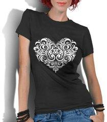 camiseta criativa urbana coração tribal - feminino