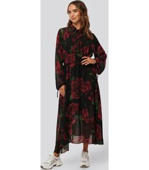 na-kd trend drawstring chiffon midi dress - black,red