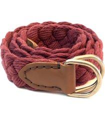 cinto em algodão trançado a mão com ponteiras em couro e pespontos em ponto celeiro isiero braidhand vermelho