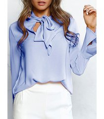 blusa de mangas acampanadas con diseño de lazo violeta azulado