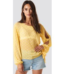 rut&circle dot sleeve open blouse - yellow