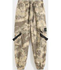 koyye pantalones cargo multibolsillos con estampado de camuflaje para hombre