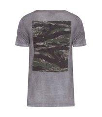 camiseta masculina camuflado costas - cinza