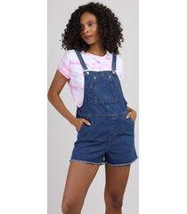 jardineira jeans feminina com bolsos e barra desfiada azul médio