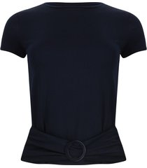 camiseta azul oscura con hebilla color azul, talla 6