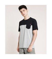camiseta masculina com bolso e recorte manga curta gola careca cinza mescla