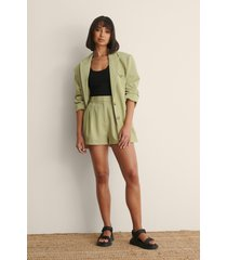 claire rose x na-kd shorts med veck - green
