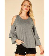 blusa gris de manga larga con hombros descubiertos de doble capa