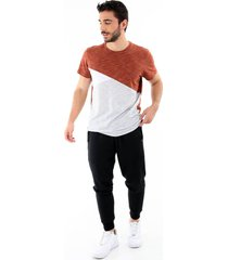 camiseta con bloques de colores terracota