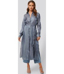 na-kd classic shiny long shirt dress - blue