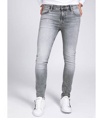 denimowe spodnie fason super skinny