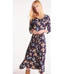 granatowa sukienka w kwiaty o długości midi