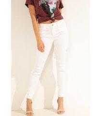 denimowe spodnie fason skinny