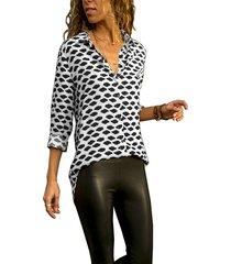 blusa de manga larga con cuello redondo y diseño de botones