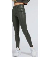 powlekane spodnie fason skinny