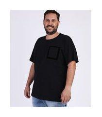 camiseta masculina plus size com bolso flocado manga curta gola careca preta
