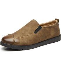 scarpa morbida da uomo in pelle di colore puro su scarpe casual piatte