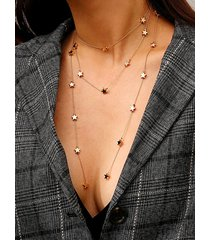 collar multicapa dorado con decoración de estrellas