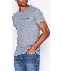 calvin klein jeans chest institutional slim tee t-shirts & linnen grå