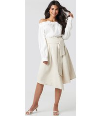 na-kd trend wrap over linen look skirt - beige,nude
