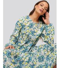 na-kd trend midiklänning i chiffong - multicolor