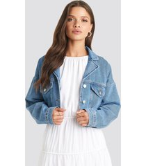 julia wieniawa x na-kd cropped raw edge denim jacket - blue