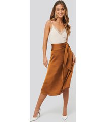 anna skura x na-kd tie waist satin skirt - orange