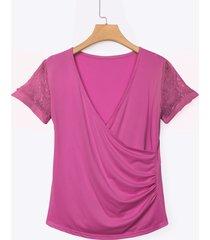 blusa rosa con escote en v y escote en v